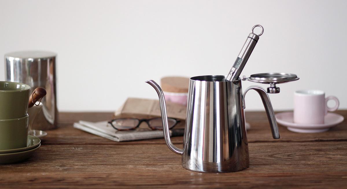 コーヒーをいれるお湯の温度をはかる