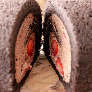 千疋屋のいちごチョコレートロールケーキ