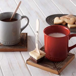 ル・クルーゼが日本限定でバレンタイン用マグ&チョコスプーン・セットを発売!