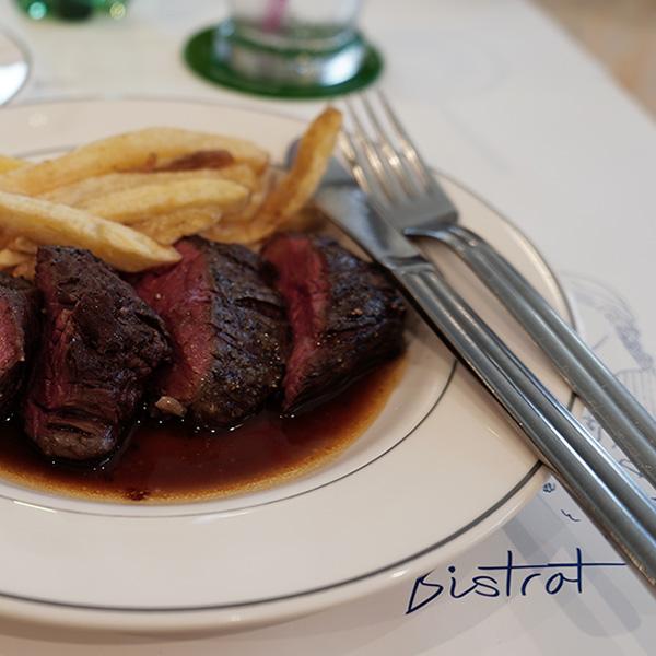 ビストロ クワバラで、バヴェットステーキランチとピーチ・メルバ。最高に美味しかった。