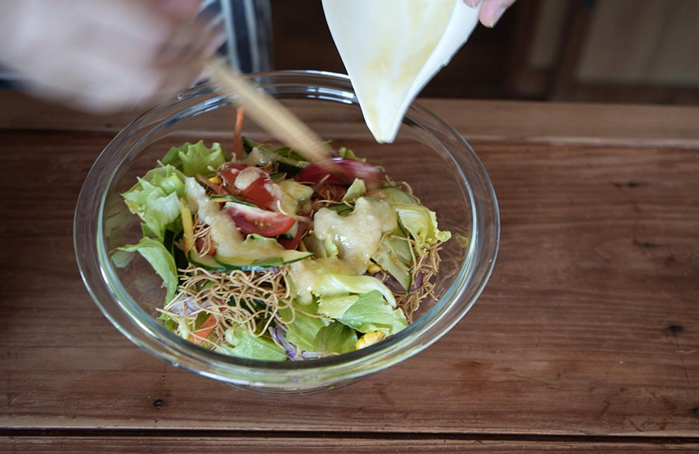 パリパリ麺を使ったおかずサラダ