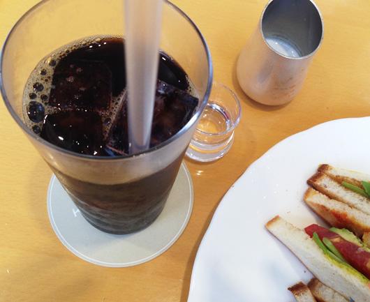 キハチカフェで『海老・アボガド・トマト・ルッコラのサンド』