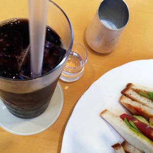 キハチカフェで『海老・アボガド・トマト・ルッコラのサンド』と『アイスコーヒー』
