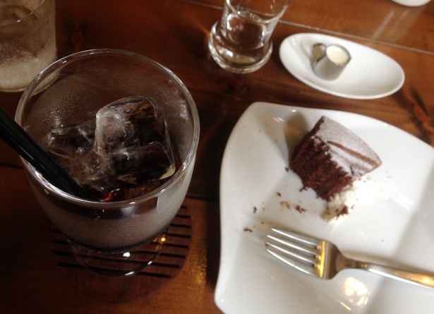 福岡・薬院にあるcafe MARUGO(カフェ マルゴ)のアイスコーヒーとガトーショコラ