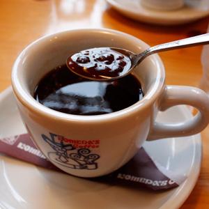 コメダ珈琲で季節限定、コーヒーに小豆をいれた小豆小町とチョコノワールを。