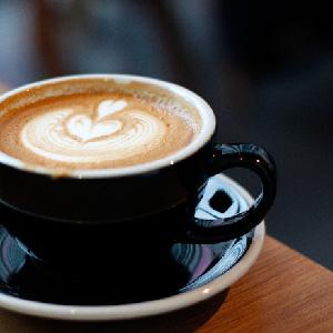 REC COFFEE 博多マルイ店で、ハートのカフェラテ。