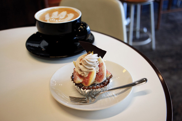 REC COFFEEで、いちじくとシナモンのタルトにカフェラテ。