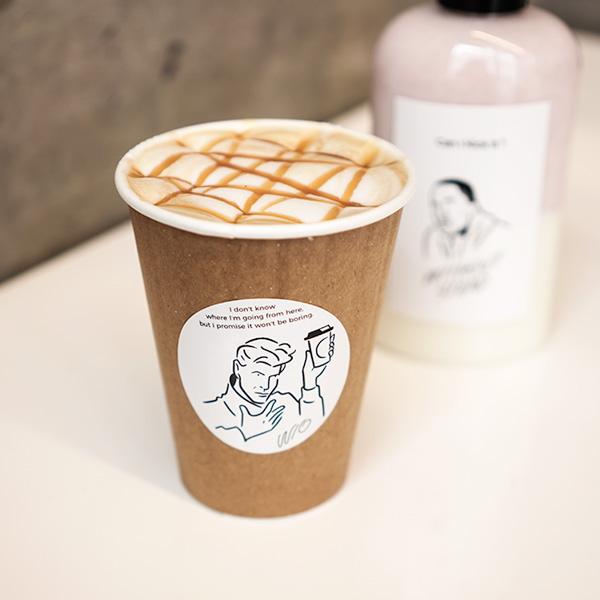 2018年10月オープン、W/O STAND FUKUOKAで、キャラメルラテと苺ミルク。
