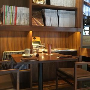 福岡・白金にある白金茶房でパンケーキブランチ『サーモンとアボカドのエッグベネティクト』