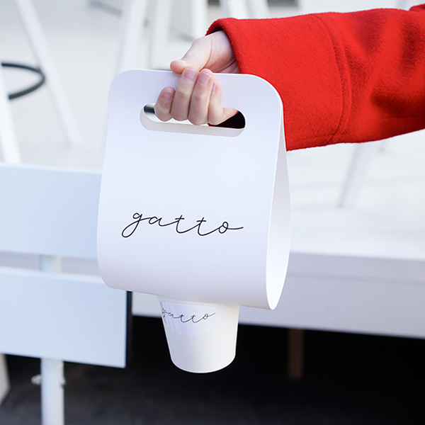 テイクアウトバッグがかわいい、真っ白なコーヒースタンド『gatto』へ。