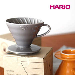 ILCANAのHARIO別注 セラミックコーヒードリッパーの銀鼠(ダークグレー)と蜜柑(オレンジ)、いい。