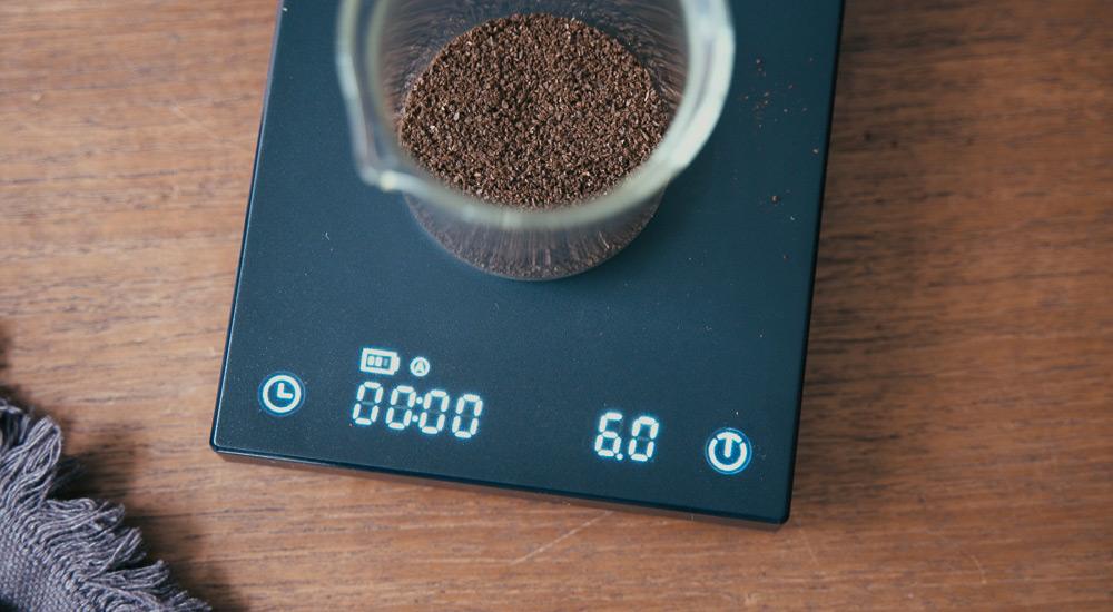 スケールでコーヒー粉をはかる