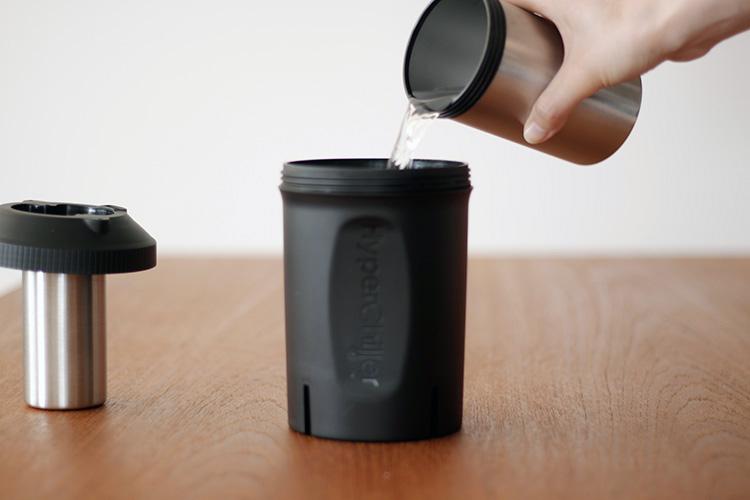 Hyperchiller(ハイパーチラー)水を注ぐ