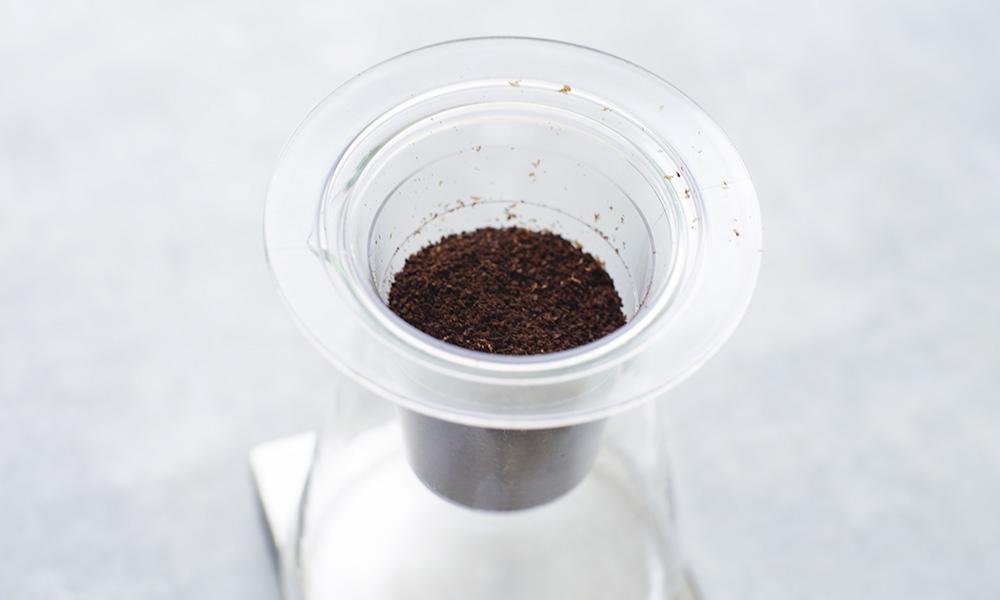 iwaki(イワキ)ウォータードリップコーヒーサーバー 挽いたコーヒー粉をセット
