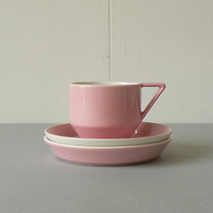 青森県立美術館用に製作された  ピンクのコーヒーカップとソーサー2枚
