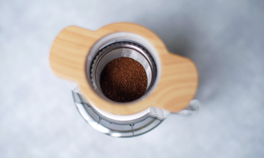 oceanrich(オーシャンリッチ)の自動ドリップ・コーヒーメーカーにコーヒー粉をセットする