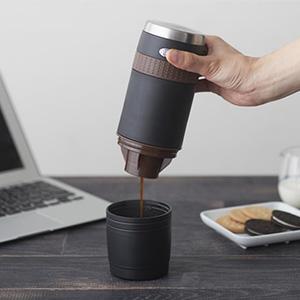 コーヒー粉でも、カプセルでも!持ち運べる『ONECOFFEE ポータブルコーヒーメーカー』が登場。
