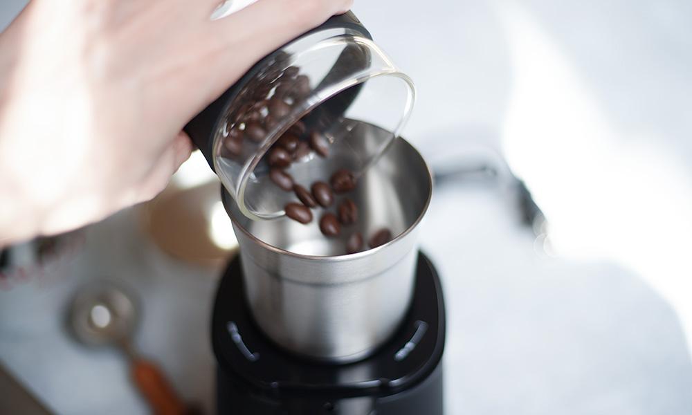 Russell Hobbs / ラッセルホブス コーヒーグラインダー コーヒー豆をいれる