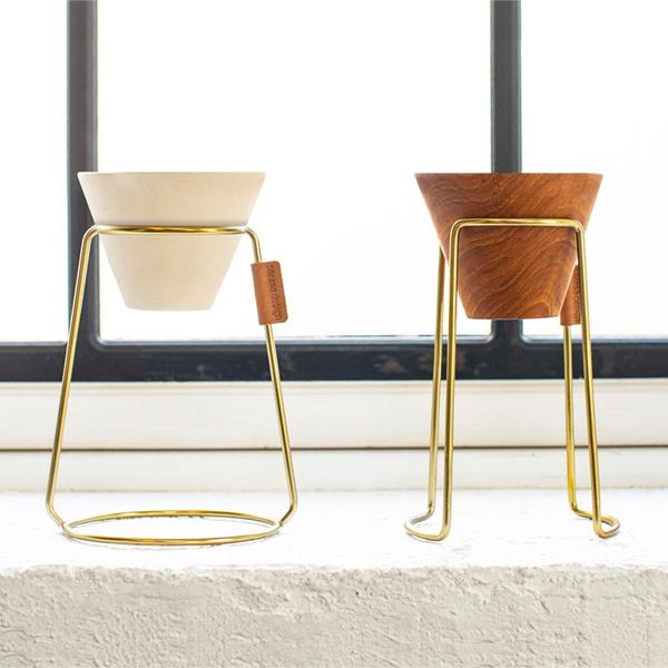 【sarasa design store】のコーヒードリッパーとドリッパースタンドは、絵になる。