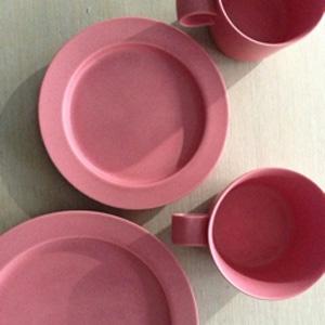 イイホシユミコさん unjor(アンジュール)の限定色ピンクのカップとプレート