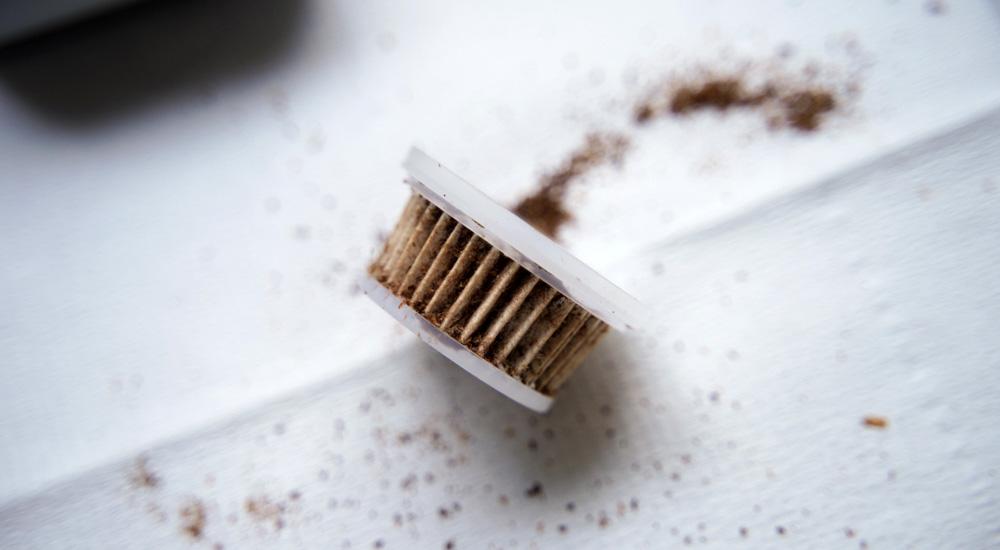 飛び散ったコーヒー粉用につかっている掃除機